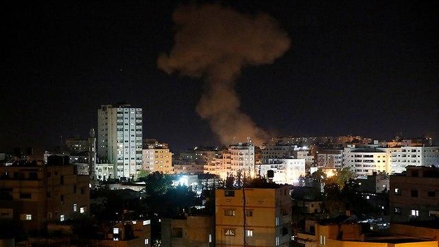 עשן בעזה בעקבות הפצצות של חיל האוויר (צילום: AP)
