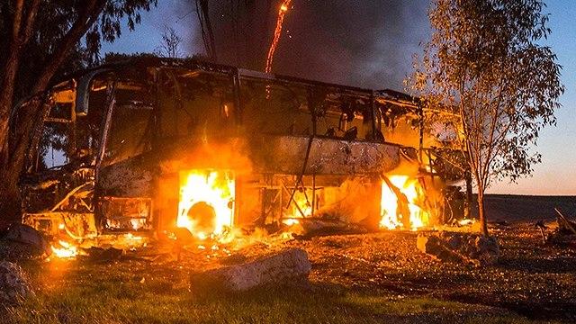 אוטובוס נפגע ירי מ עזה (צילום: AP)