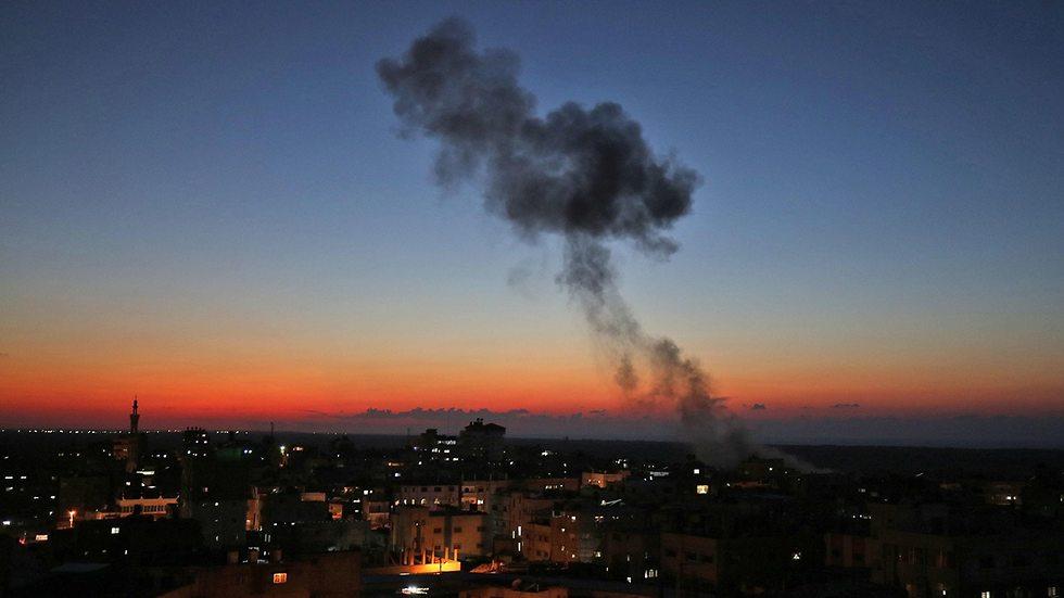 עשן בעזה בעקבות הפצצות של חיל האוויר (צילום: AFP)