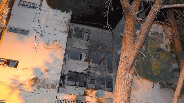 Building suffers direct hit in Ashkelon (Photo: Avi Rokach)