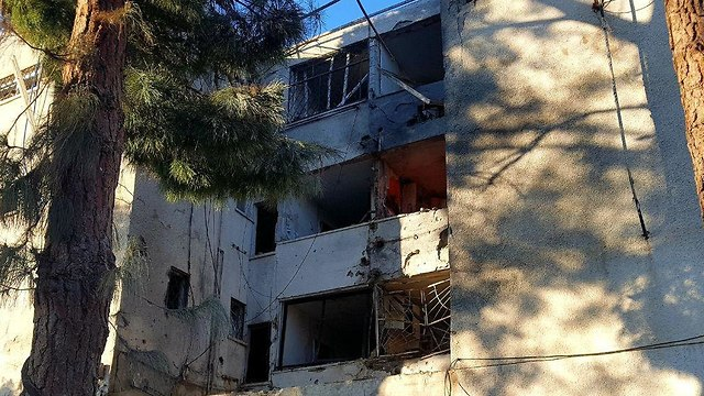 The building that suffered a direct hit in Ashkelon (Photo: Roee Idan)