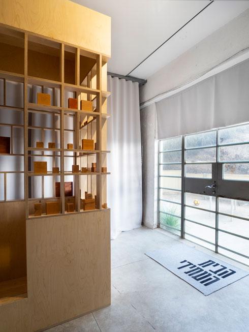 משתתפי התערוכה באים מתחומי עיצוב שונים, ועברו תהליך ארוך של עבודה קבוצתית (צילום: נגה שחם פורת)
