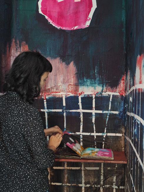 האוצרת לימור יוסיפון-גולדמן בתא שעוטף את ספרה של בתיה קולטון (צילום: נגה שחם פורת)
