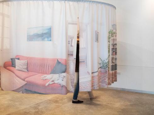 הווילון של תמרה אפרת ויואב פלד מודפס מבפנים ומשתקף כלפי חוץ (צילום: נגה שחם פורת)