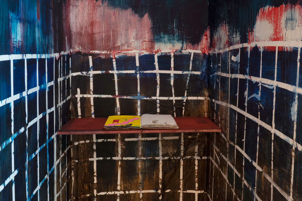 המאיירת בתיה קולטון יצרה תא אינטימי, ובו אפשר לדפדף ולהתעמק בספר ציורים (צילום: נגה שחם פורת)