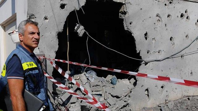 אשקלון פגיעת פגיעה בית ירי מטח רקטה רקטות עזה חמאס (צילום: AFP)