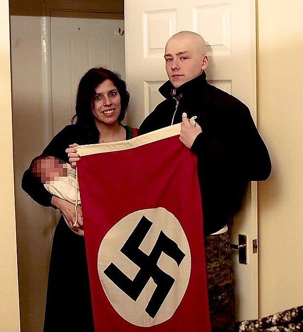 Томас и Пататес с ребенком и фашистским флагом в руках