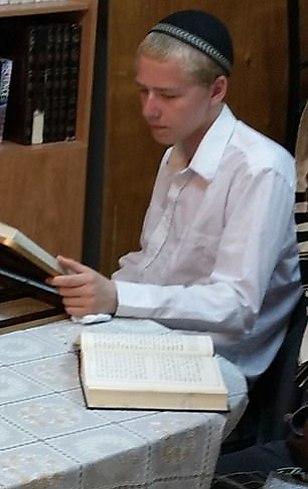Адам Томас (Ави Бен-Авраам) учит Тору в Иерусалиме