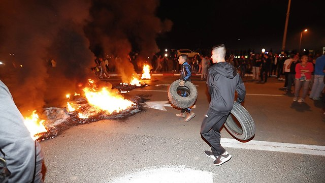 Protesters burn tires during demonstration over ceasefire with Hamas (Photo: Gadi Kabalo)