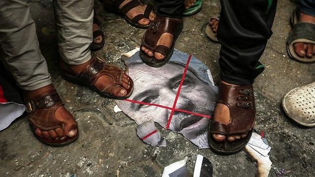 В Газе сжигают фото Либермана. Фото: AFP