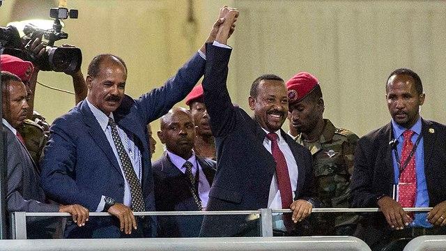 נשיא אתיופיה ואריתריאה מחזיקים ידיים (צילום: AP)