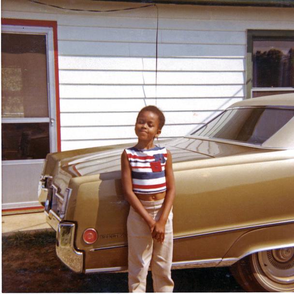 מישל הקטנה ליד מכונית הביואיק של אביה, במהלך חופשה משפחתית