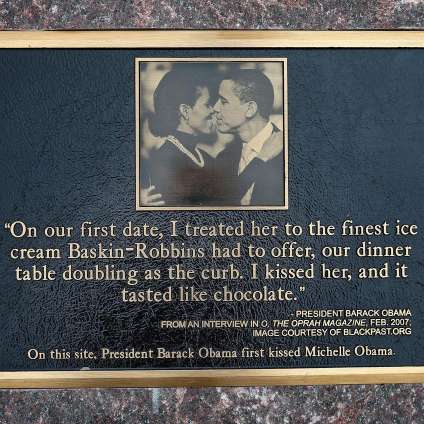 שלט שהוצב בגלידרייה שבה התנשקו ברק ומישל אובמה בפעם הראשונה
