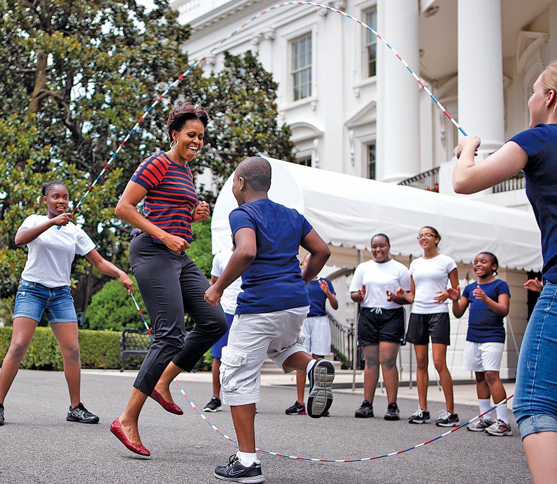 קופצת על חבל באירוע לילדים בפתח הבית הלבן. כן, אמרתי לבנות שלנו, אפשר לזרוק כדורים במסדרון