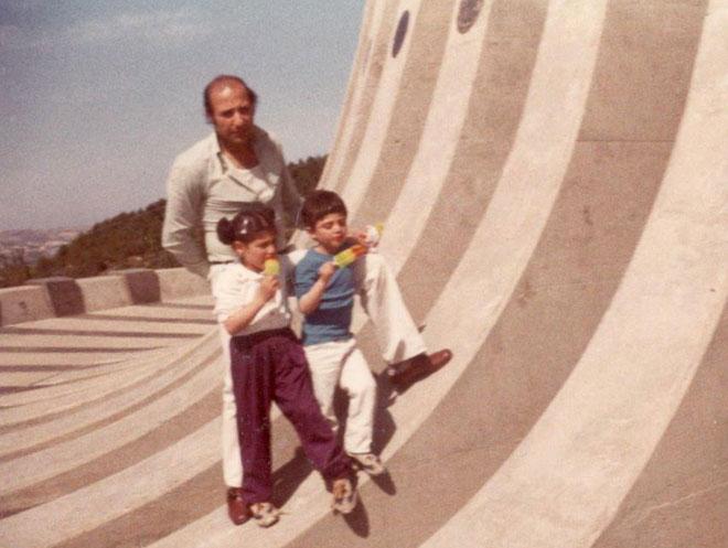 """עם אביה ואחד מאחיה ביד קנדי בירושלים. """"רציתי להראות לכולם מה הם מפסידים"""" (צילום: אלבום פרטי)"""