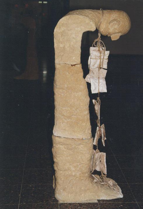 פסלים שהזכירו טוטם אפיינו את עבודתה. כאן בצילום מהתערוכה ''ראש כואב והזיות'', 1990 (צילום: אוסף שמשי-הירש, ארכיון אדריכלות ישראל)