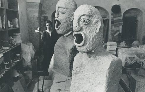 מתוך ''צועקים'', שהוצגה ב-1984 בגלריה ג'ולי. מ. זו הייתה אכסנייה לרבות מתערוכותיה (צילום: יכין הירש, אוסף שמשי-הירש, ארכיון אדריכלות ישראל)