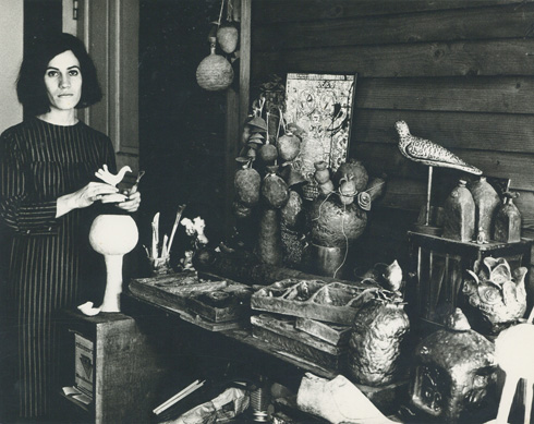 לצד עבודותיה בביתה האהוב ברחוב הס, תל אביב 1965 (צילום: פיטר הרצוג, אוסף שמשי-הירש, ארכיון אדריכלות ישראל)