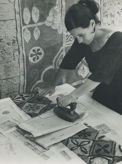 שמשי בתחילת שנות ה-60, עובדת על הדפסי הבדים הגדולים שעיצבה (צילום: א. ירון, אוסף שמשי-הירש, ארכיון אדריכלות ישראל)