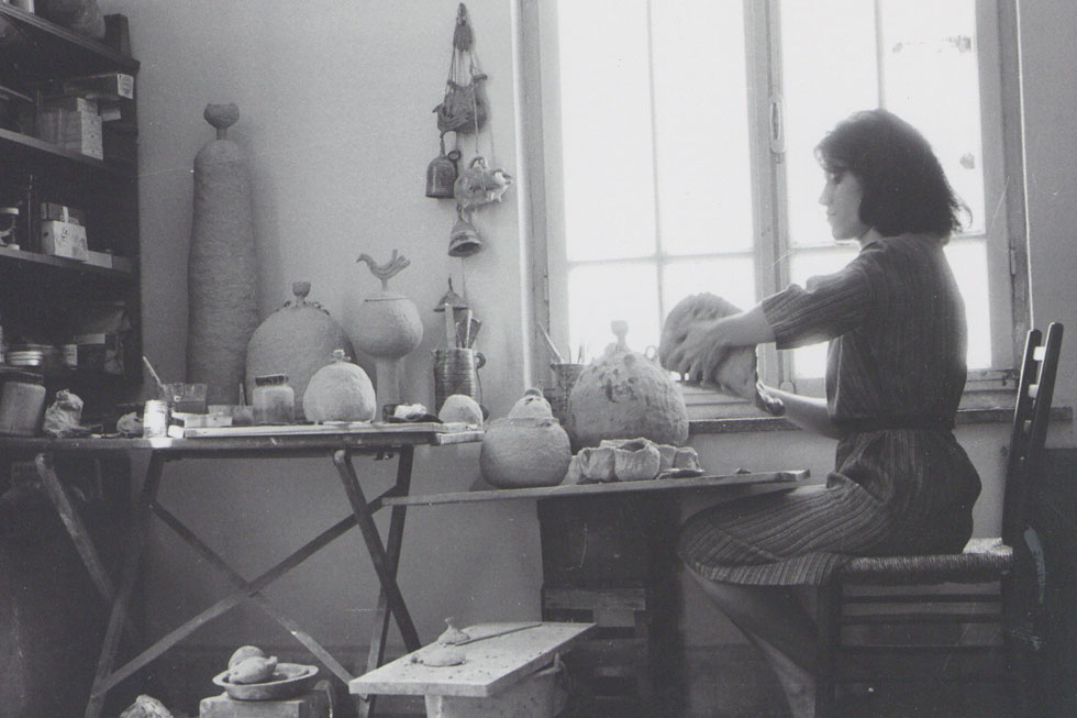 עובדת בחומר בסטודיו שלה, אמצע שנות ה-60. היא עמדה בראש המחלקה לעיצוב קרמי בבצלאל במשך תשע שנים (צילום: אוסף שמשי-הירש, ארכיון אדריכלות ישראל)