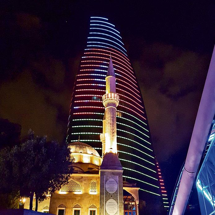 אחד ממגדלי הלהבה בבאקו