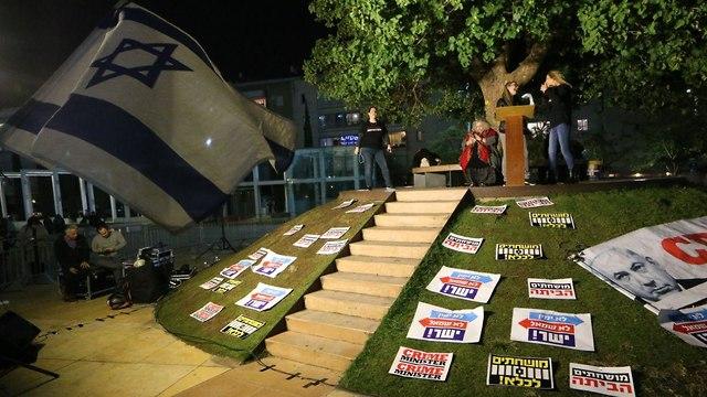 מחאה בהבימה על פרשת הצוללות (צילום: מוטי קמחי)