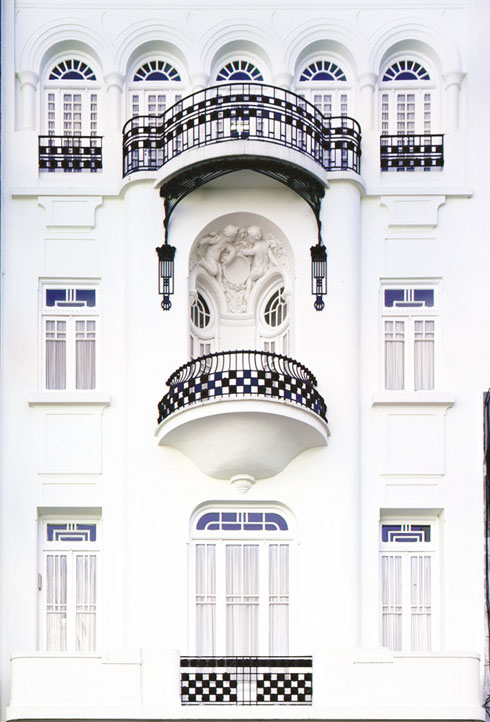 ''הבית הלבן'' ברחוב Marcelo T. de Alvear בשכונת רקולטה זכה לשימור קפדני. פיתוחי ברזל במרפסות ודמוית מלאכים בנישה שבמרומי המרפסת המרכזית  (צילום: Gustavo Sosa Pinilla)