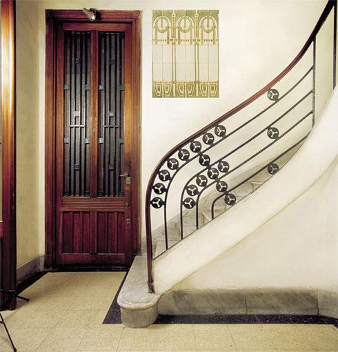 כניסה לדירה בבניין שתכנן נונייז, ממובילי הזרם בארגנטינה. קווים נקיים עם צורות גיאומטריות ודוגמאות מהטבע באים לידי ביטוי במעקה, בדלת ובאריחי הקיר, ויוצרות הרמוניה ומקצב (צילום: Gustavo Sosa Pinilla)