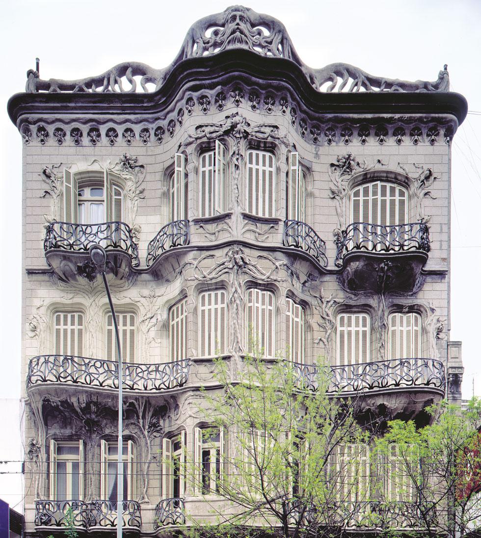 קווים מתפתלים ומשתרגים על חזיתות Casa de los lirios (בית החבצלות) בשדרות Rivadavia, אחד הנציגים הבולטים של האר נובו בבואנוס איירס, אף הוא של אורטגה - ואף הוא בהשראת גאודי (צילום: Gustavo Sosa Pinilla)