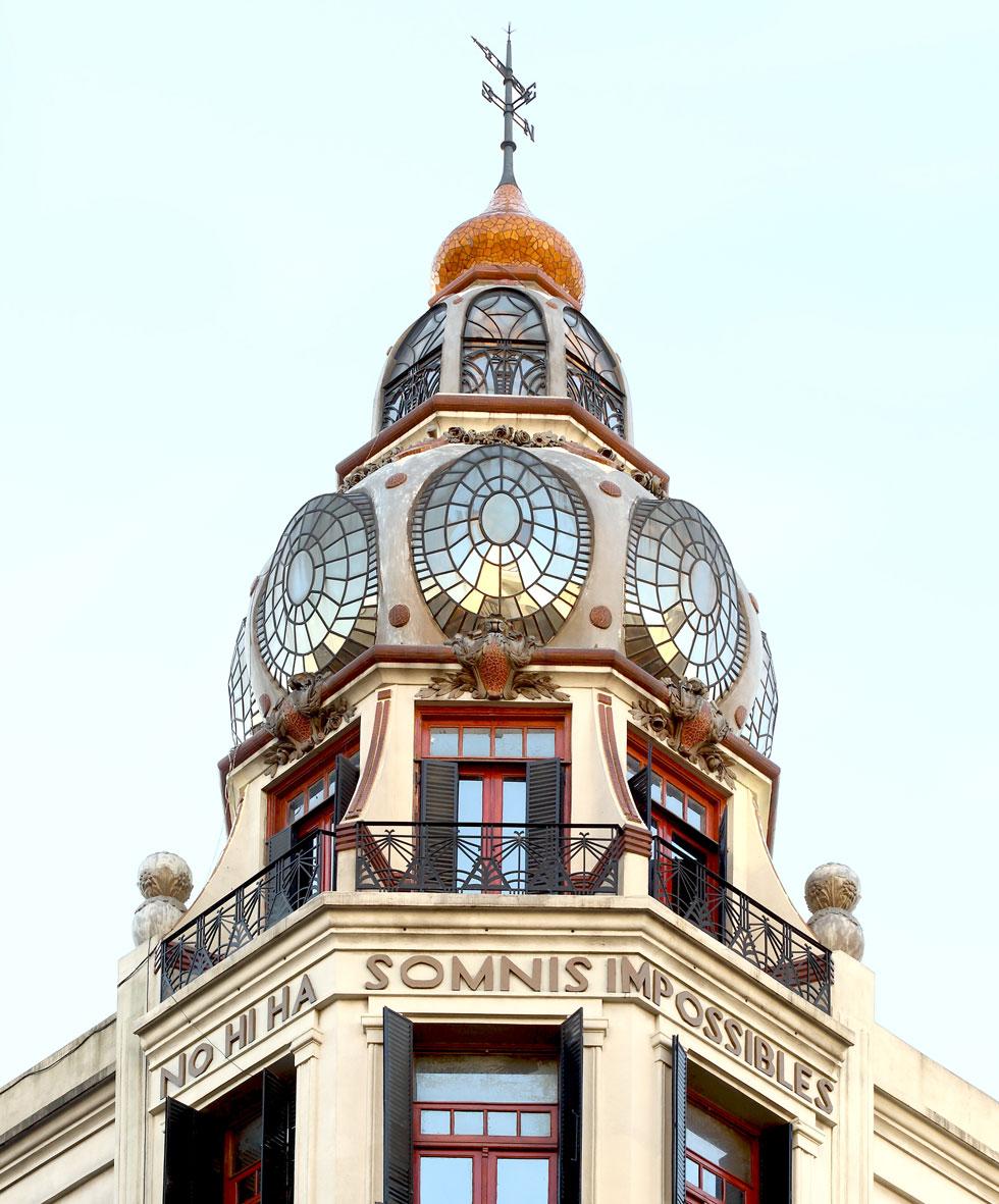 אחת הפנינים האדריכליות של בירת ארגנטינה היא מעשה ידיו של האדריכל אדוארדו רודריגז אורטגה (1914), בהשפעת גאודי הקטלאני. תרגום הכתובת הוא ''אין חלומות בלתי אפשריים'' (צילום: Gustavo Sosa Pinilla)