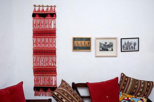 סגנון הלבוש הצבעוני של בן דיין פולש מארון הבגדים גם אל הבית (צילום: ענבל מרמרי)