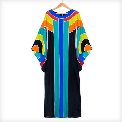 """גלביית וינטג' של גוטקס. """"זו השמלה שלבשתי בכניסה לתוכנית 'האח הגדול' והיא האהובה עליי מכל. חיפשתי מה ללבוש בכל מיני חנויות, עד שהבנתי שאני צריכה ללבוש משהו מהאוסף הפרטי שלי. יש לי פריטים רבים מבתי אופנה מיתולוגיים כמו משכית, רקמה של רוז'י בן יוסף וגוטקס. השמלה הזאת משקפת במדויק את הטעם שלי: צבעונית וגיאומטרית. לאורך השנים הציעו לי הרבה כסף כדי לרכוש אותה. כמובן שסירבתי"""" (צילום: ענבל מרמרי)"""