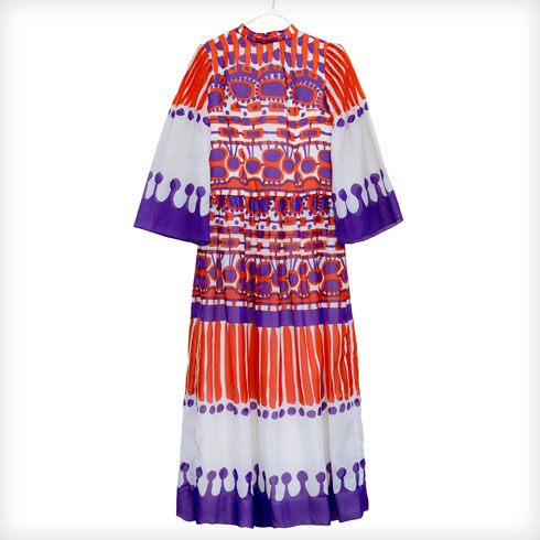 """שמלת וינטג' של לואי פרו. """"לואי פרו הוא מעצב צרפתי שאני מאוד אוהבת בזכות ההדפסים הייחודים שלו. קניתי אותה בביקור האחרון שלי בלונדון, והמחיר שלה היה מעט יקר, כי אני זוכרת שאמרתי לחגי: 'אני אמצא אירוע מיוחד ללבוש אותה'. כרגע עוד לא מצאתי"""" (צילום: ענבל מרמרי)"""