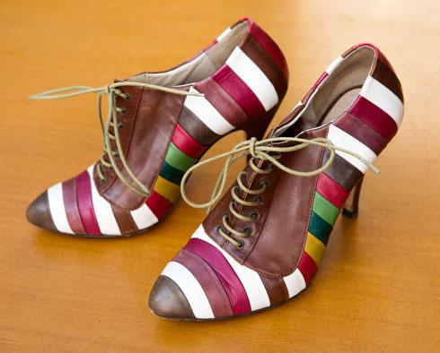 """נעלי וינטג' מאיטליה. """"קניתי את הנעליים בחנות וינטג' באיטליה, וכשהלכתי איתן הרגשתי שמשהו לא בסדר. רק כשהגעתי הביתה גיליתי שנעל אחת במידה 8 והשנייה במידה 9. קצת מוזר ללכת בהן, אז אני ממעטת, למרות שהן יפות מאוד"""" (צילום: ענבל מרמרי)"""