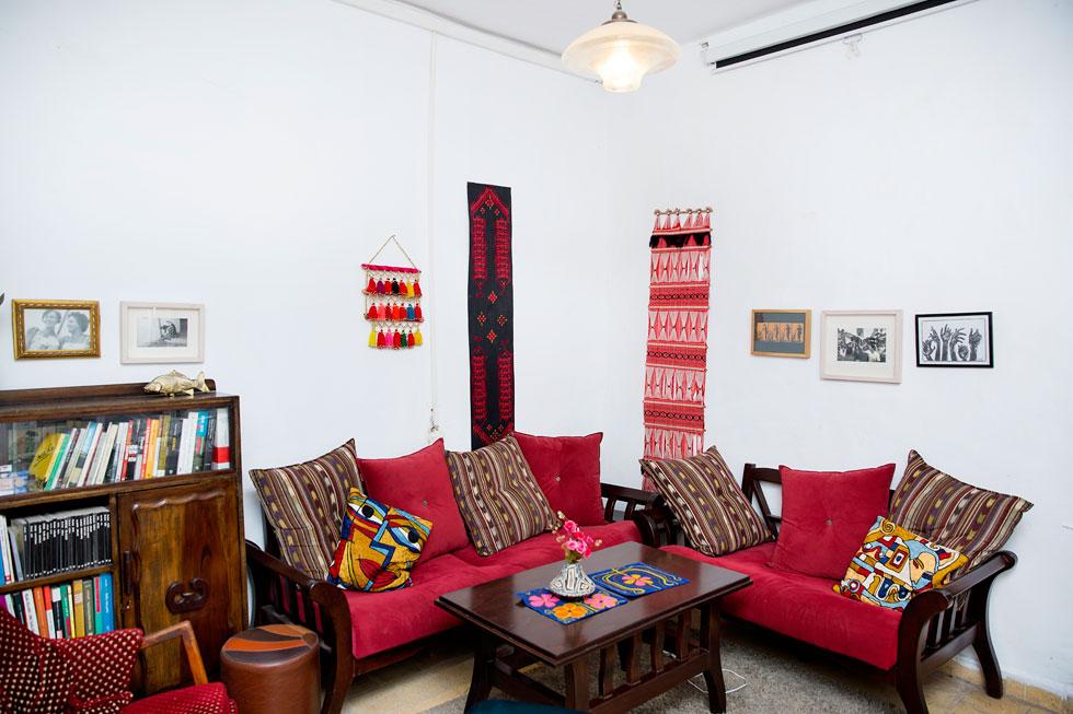 """""""חשוב לי לשמור על החשיבה העיצובית והסגנונית שלי, ואני אוהבת שיש לי מרחב גדול לגבש דעה בעצמי, לנטרל השפעות חיצוניות"""". סלון הבית של אורטל בן דיין ובעלה חגי מטר (צילום: ענבל מרמרי)"""