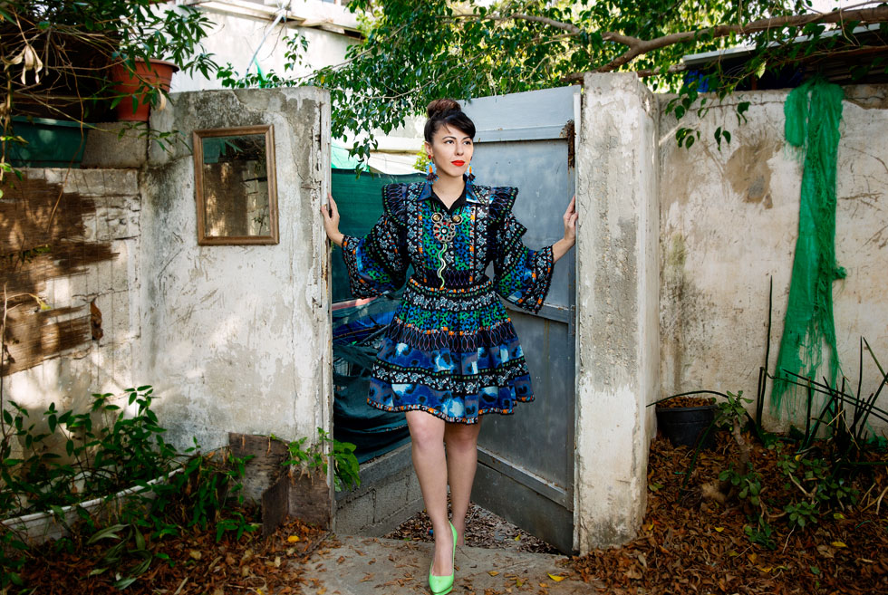 """""""לחץ חברתי או תכתיבים חברתיים, או לכפות עליי משהו – מעורר בי ישר התנגדות"""". אורטל בן דיין בחצר ביתה, בשמלה מארונה ותכשיטים בעיצובה (צילום: ענבל מרמרי)"""