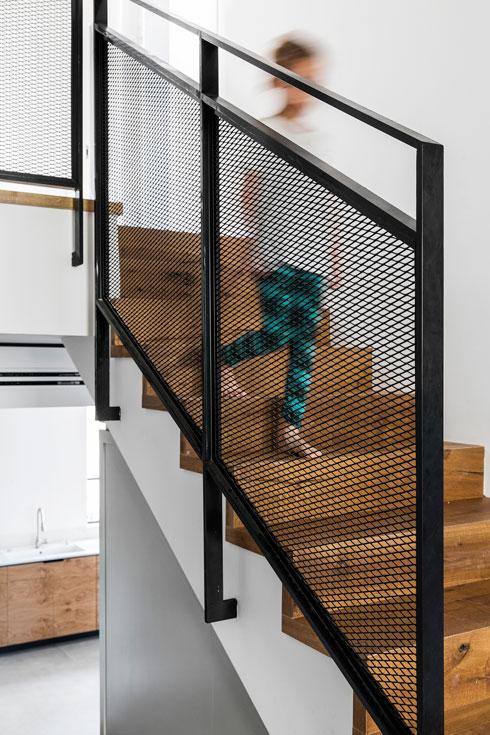 גרם המדרגות המקורי חופה באלון  (צילום: איתי בנית)