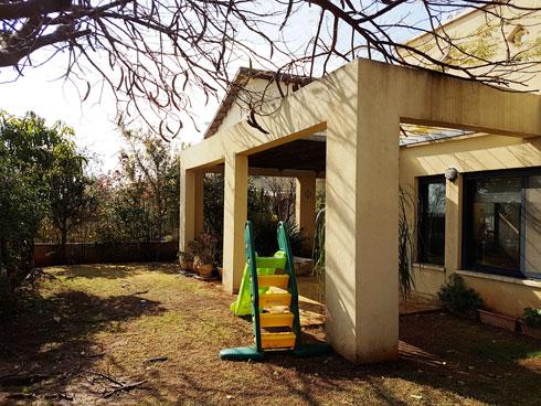 כך נראתה הגינה האחורית עם קניית הבית (צילום: נטלי רשף)