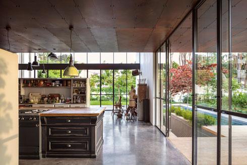המטבח ממוקם במרכז הקומה ויש ממנו יציאה למרפסת מוצלת בצד הבית (צילום: עמית גרון)