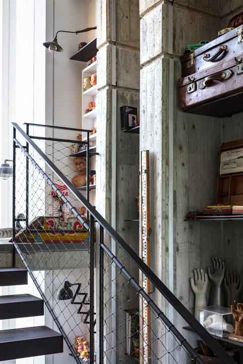 גרם המדרגות אל הקומה השנייה, עם מעקה מרשת ברזל (צילום: עמית גרון)