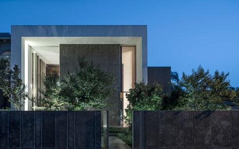 חזית הבית. במרכזה קיר של בטון חשוף  (צילום: עמית גרון)