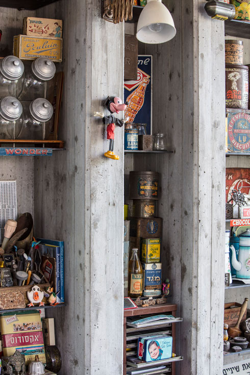 קיר התצוגה: פריטי האוסף מוצגים על מדפי ברזל בנישות הבטון  (צילום: עמית גרון)