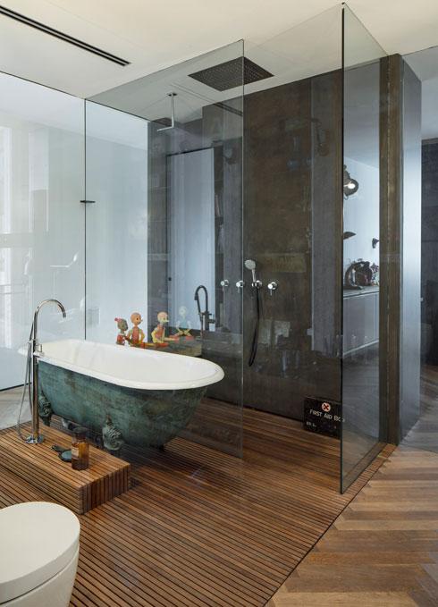 """גם את האמבטיה הביאו בני הזוג מחו""""ל (צילום: עמית גרון)"""