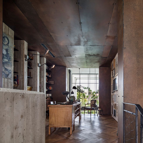בכניסה לתיבת הפלדה חדר עבודה, מעין מעבדת תיקונים לפריטים באוסף (צילום: עמית גרון)