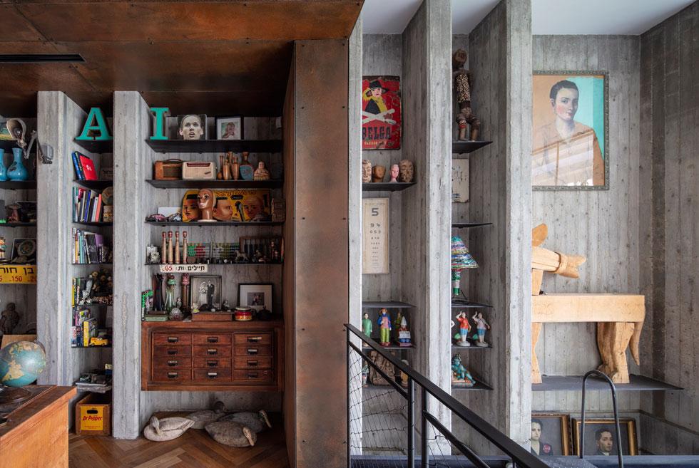 """במעלה המדרגות אל תיבת הפלדה. בני הזוג ביקשו בית מודרני אך לא מלוטש, כניגוד לאוסף הצבעוני והאקלקטי. """"לדעתי"""", אומר אנדרמן, """"הפרויקט יצא מוצלח בזכות הלקוחות. אנחנו כאדריכלים יודעים לתת את המסגרת, את הקונטיינר, אבל את האופי והתוכן הזה רק הלקוחות היו יכולים לצקת פנימה""""   (צילום: עמית גרון)"""
