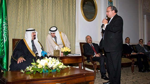 Rabbi Schneier speaks with Sunni Gulf Arab princes (Photo: Rabbi Marc Schneier)