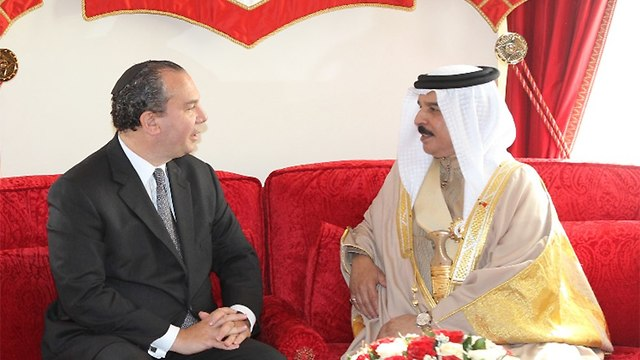 Rabbi Schneier with Bahrain king (באדיבות הרב מארק שנייר )
