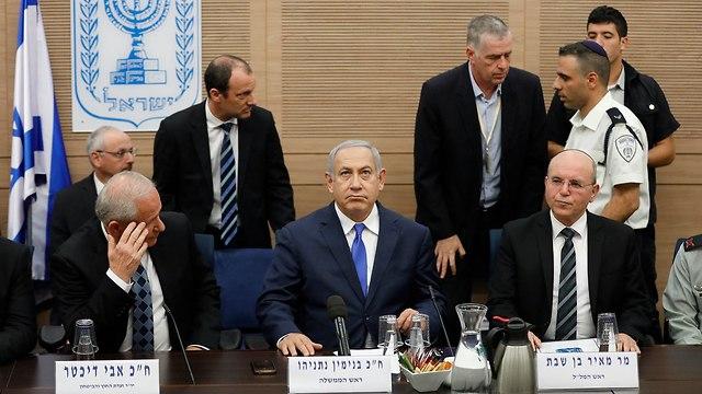 נתניהו לפני דיון בועדת החוץ והביטחון (צילום: EPA)