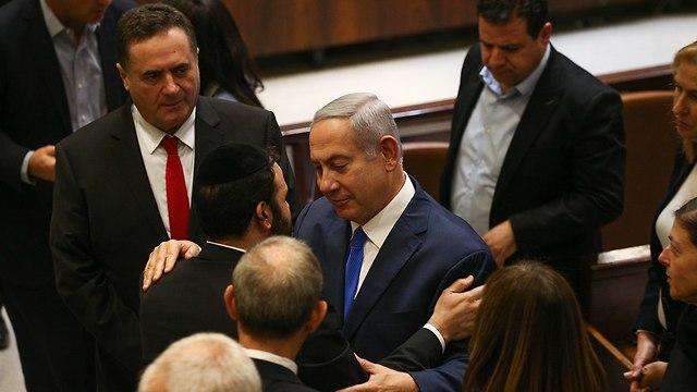 Yisrael Katz and Benjamin Netanyahu during Knesset session (Photo: Ohad Zwigenberg)