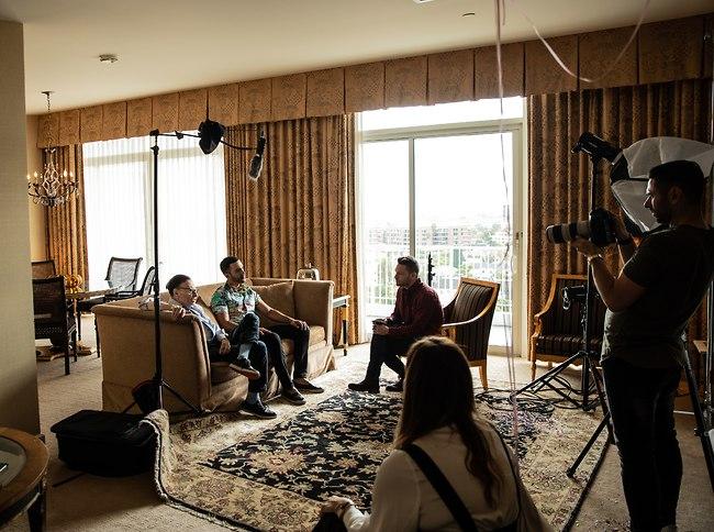 בראיון עם אייל גיבלי מאחורי הקלעים של צילומי השער במלון בוורלי הילס (צילום: זיו שדה)